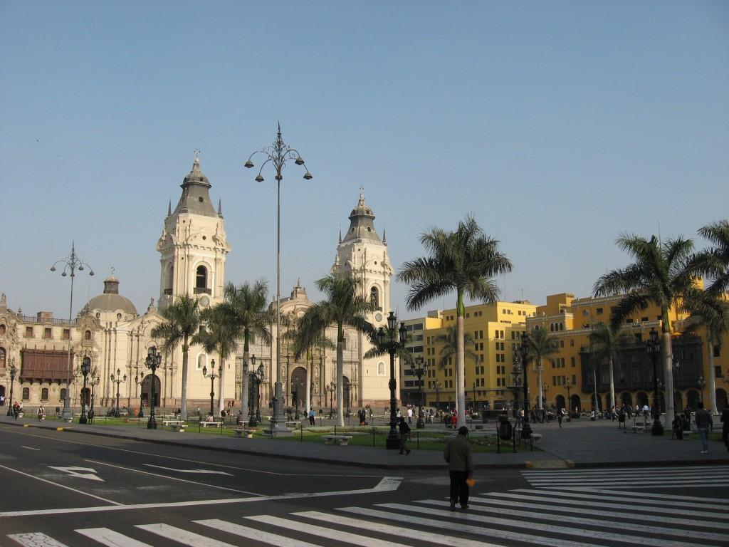 Hlavní náměstí v Limě. Zrovna hrozila demonstrace, takže na něj měli místní vstup zakázán.