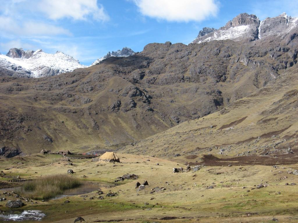 Horské údolí s horskou farmou